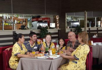 Семья в кафе-баре, общая зона отдыха, 5 этаж, Баня С легким паром!